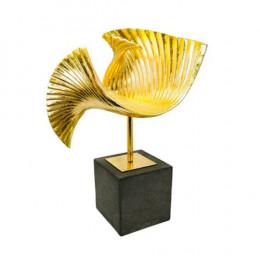 Escultura Decorativa em Resina Dourada - 46x34x14cm